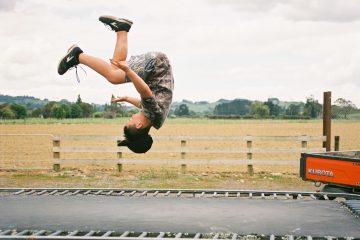 Как научиться прыгать на батуте