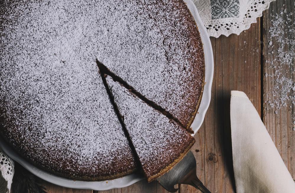 Как научиться печь простой торт