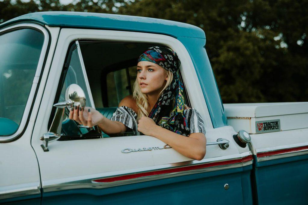 Как научиться водить машину женщине