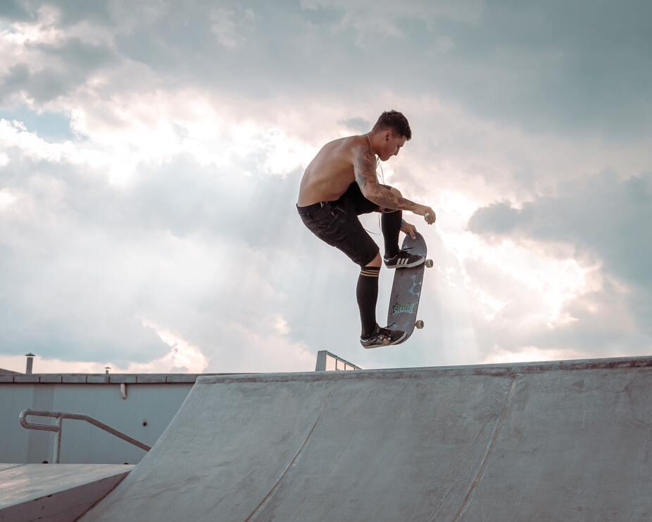 Как научиться выполнять трюки на скейте