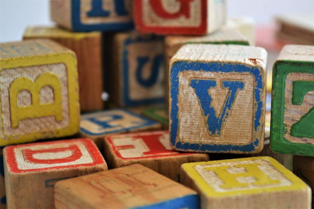 Как научиться читать с помощью кубиков с буквами