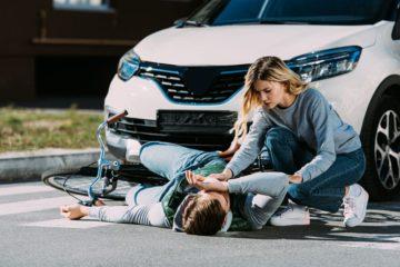 Научиться оказывать первую помощь при травмах и ушибах